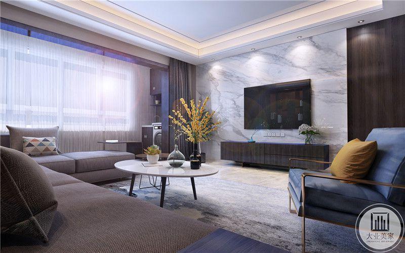 客厅影视墙采用白色大理石,电视柜采用深色实木材料,一侧采用黑檀木护墙板。