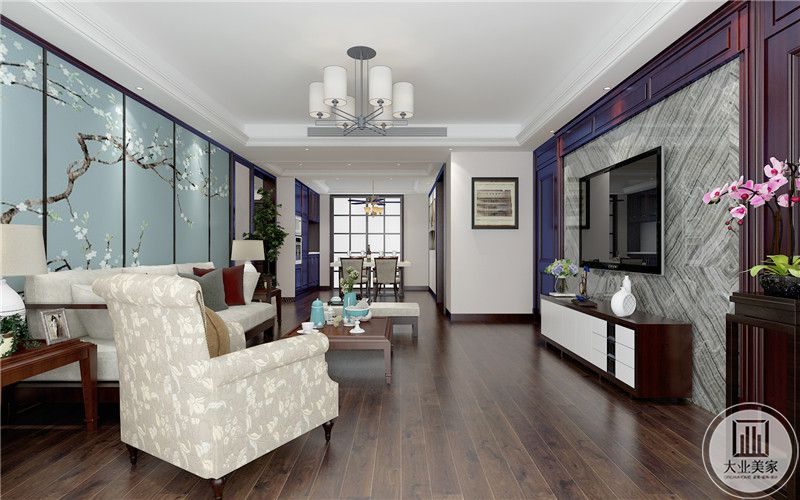 客厅沙发墙采用浅蓝色花草壁纸,沙发采用灰白搭配,茶几采用红木材料。