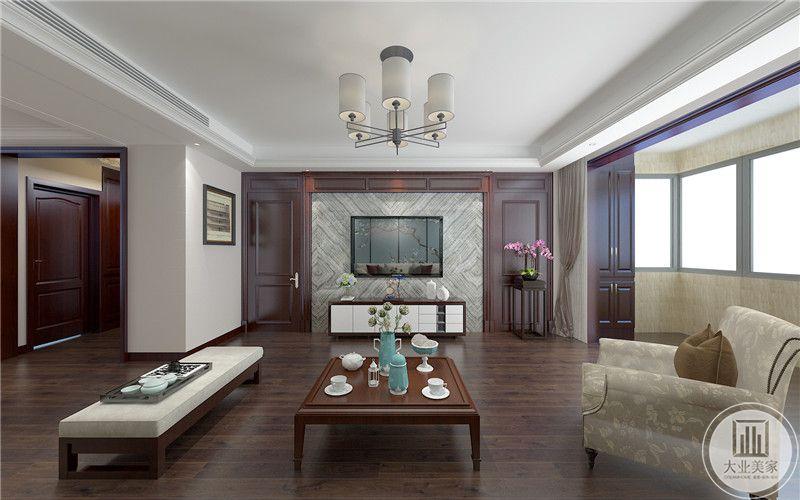 客厅影视墙采用大理石装饰,两侧红木背景墙,一侧采用红木置物架摆放绿植装饰,另一侧做成隐形门。