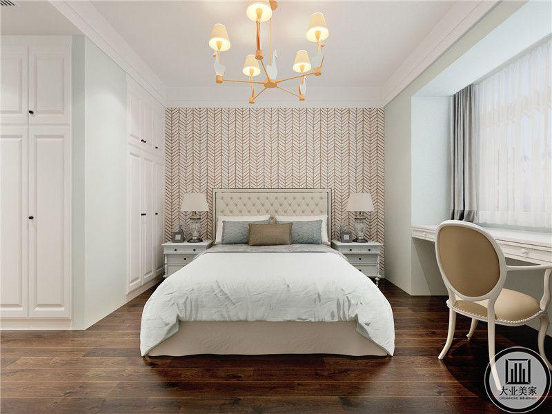 主卧室床头背景墙铺贴红色花纹壁纸,床的两侧放置白色床头柜,一侧的窗户放置书桌。