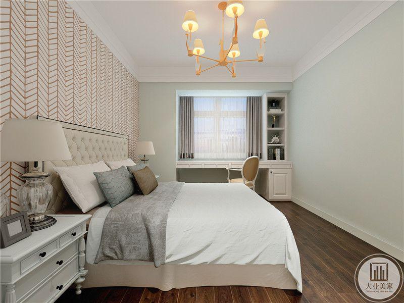 主卧室地面铺设深色木地板,墙面采用浅绿色壁纸。