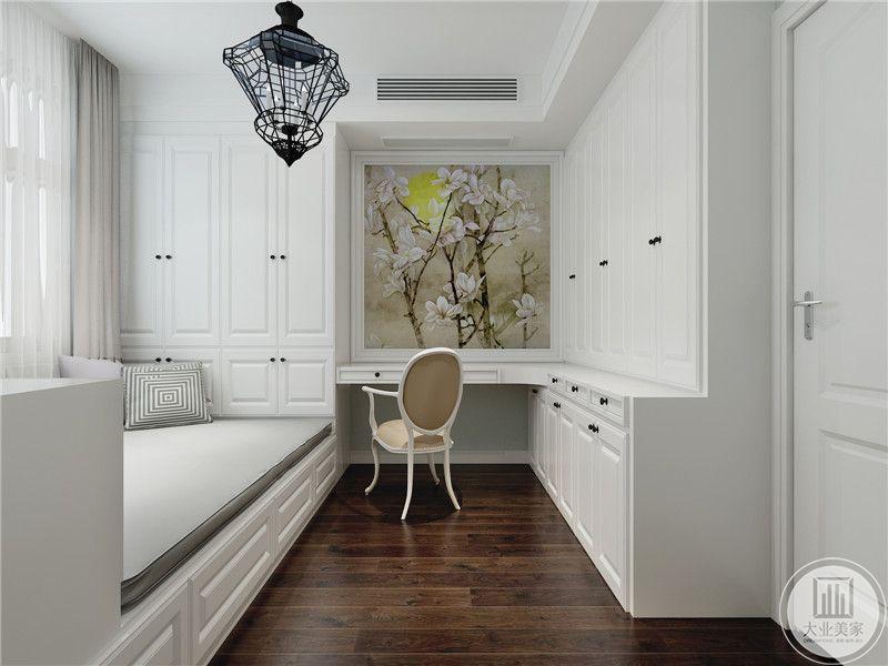 次卧书桌采用白色木板,墙面采用花草装饰,入户门的一侧做成衣柜。