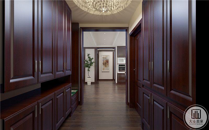 玄关做成衣帽间,两侧的衣柜都是红木材料。