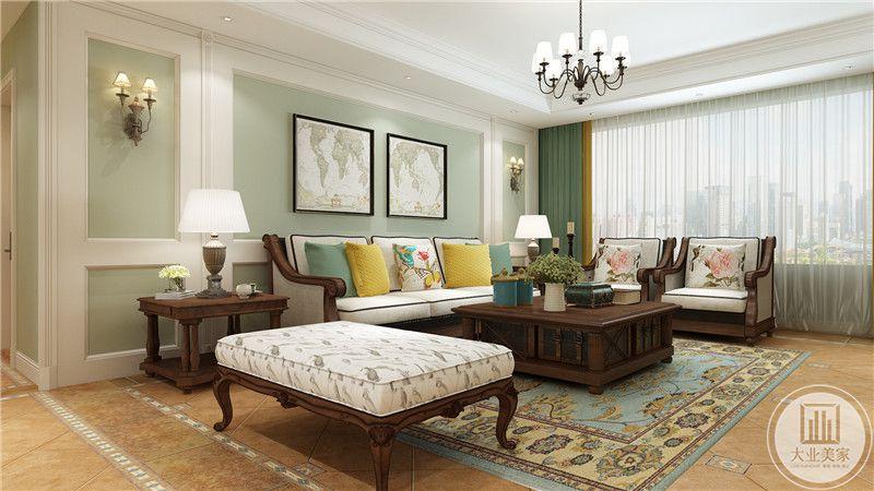 客厅沙发墙采用浅绿色壁纸,墙面采用两幅世界地图作为装饰画,沙发茶几都采用红木材料。