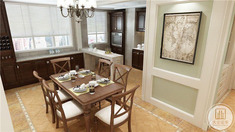餐厅餐桌餐椅都采用红木材料,厨房的岛台采用大理石台面,墙面采用复古的地图做装饰。