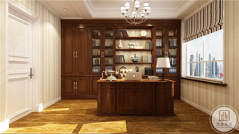 书房地面铺设浅色木地板,书桌书柜都采用深色红木材料,墙面采用浅黄条纹壁纸。