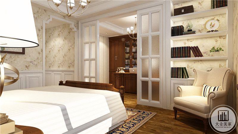 主卧室床尾采用白色实木玻璃推拉门,与书房区分开。