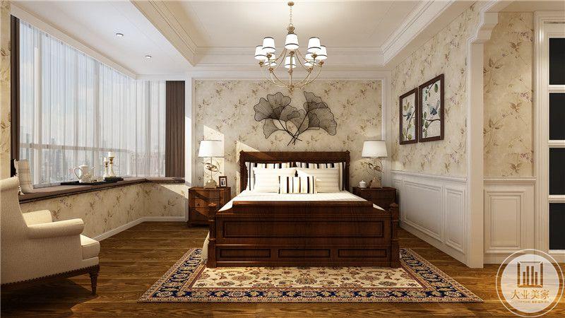 主卧室床头背景墙采用浅黄色花草壁纸,墙面采用黑色金属丝编织的装饰物,床的两侧采用红木床头柜,窗户采用大面积飘窗。
