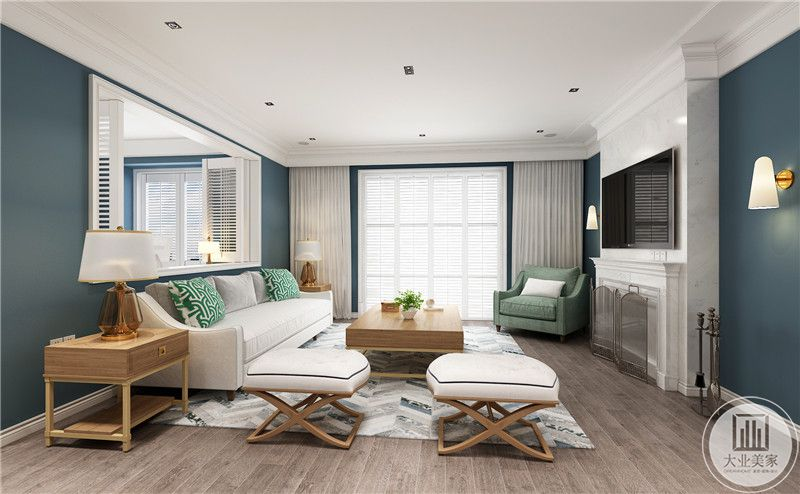 客厅装修效果图:客厅地面采用浅色木地板,搭配灰白色地毯,白色沙发以木质框架为主,影视墙采用大理石下面是欧式风格的石膏壁炉。