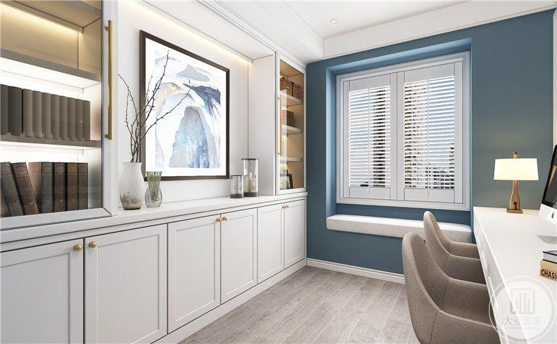 书房装修效果图:书房墙面整体都采用蓝色,白色书桌搭配浅色椅子。