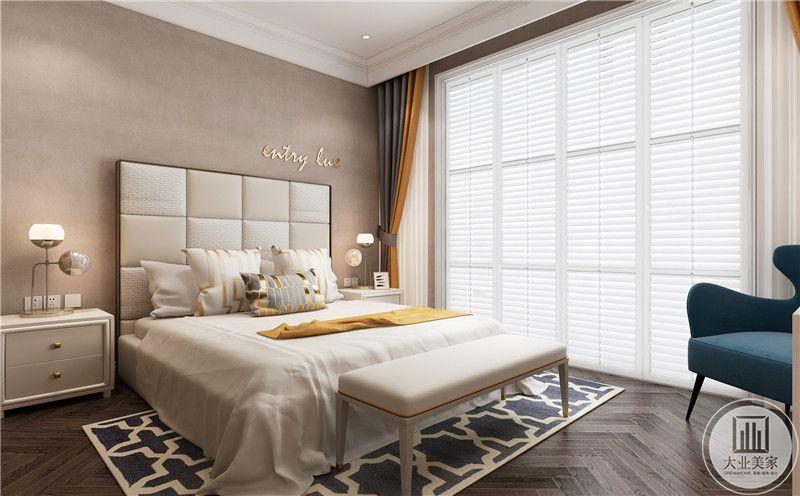 卧室装修效果图:深色木地板搭配深蓝色地毯,白色大床与棕色壁纸,温馨素雅。