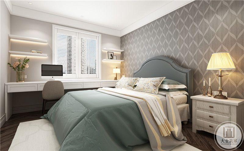 卧室装修效果图:深色木地板搭配白色地毯,深绿色的大床搭配浅色壁纸的床头背景墙,床头一侧白色美式床头柜。