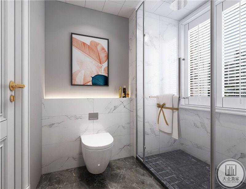 卫生间装修效果图:马桶采用壁挂式,最大限度节约空间,同时干湿分离。
