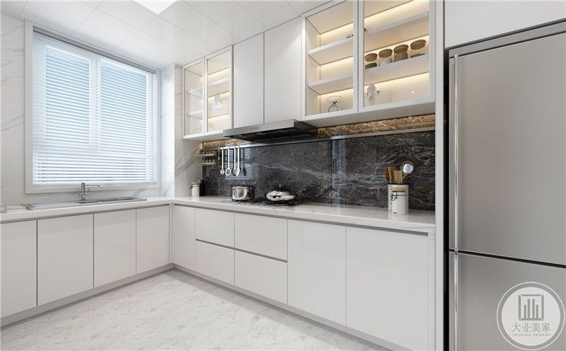 厨房灶台的墙面采用黑色大理石,地面铺设白色瓷砖,顶柜和底柜都采用白色复合板。