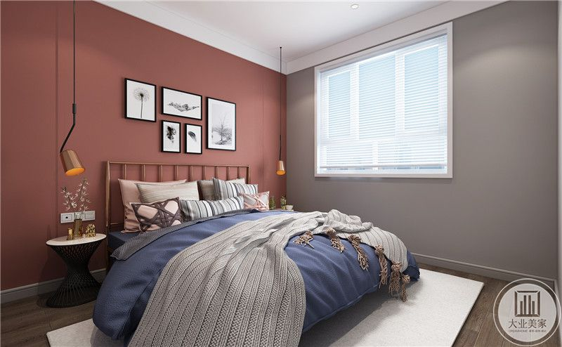 次卧床头背景墙采用深红色壁纸,有窗户的墙面铺贴深灰色壁纸,床的两侧放置简约风格的床头柜,地面铺设深色木地板搭配白色地毯。