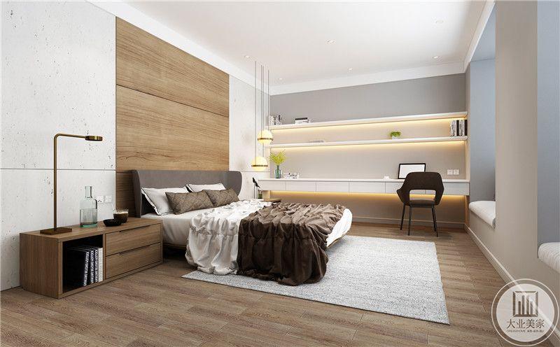 主卧床头背景墙采用实木护墙板,两侧采用水磨石做护墙板,床的一侧采用实木床头柜,靠墙的一侧采用白色实木书桌。