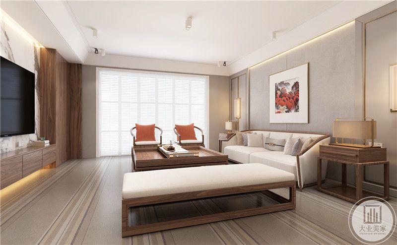 客厅影视墙采用白色大理石,电视柜采用实木材料,地面铺设浅色木纹砖。