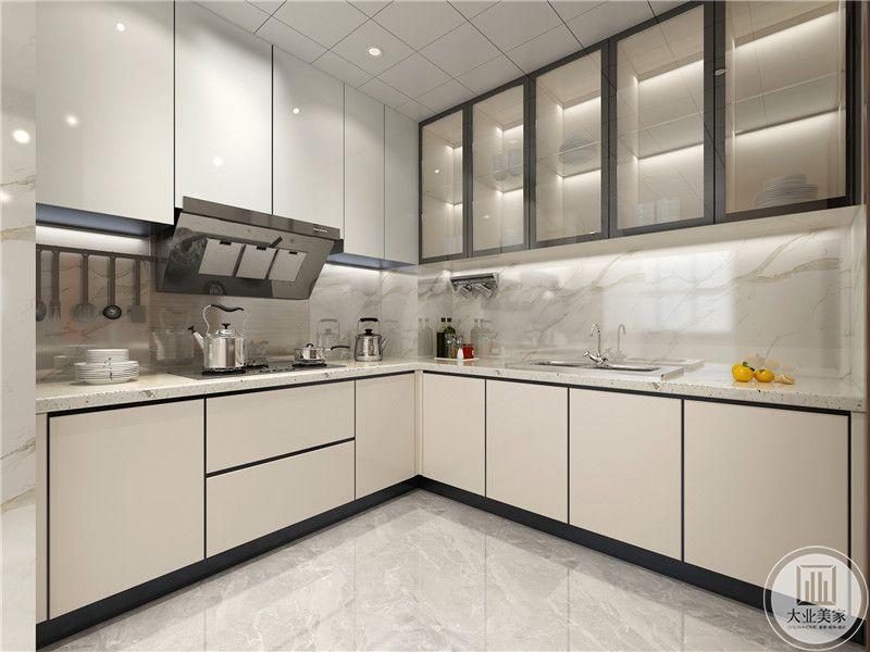 厨房地面铺设白色瓷砖,墙面铺贴花纹砖,橱柜柜门采用白色现代简约装饰风格,搭配大理石台面。