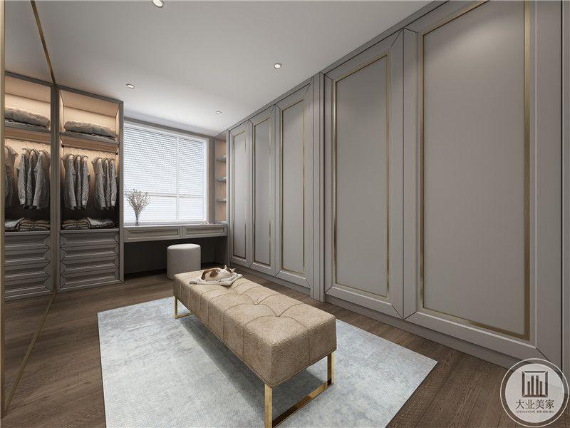 衣帽间采用灰色实木衣柜,另一侧采用大穿衣镜作为装饰,靠窗的一侧采用灰色实木装饰。