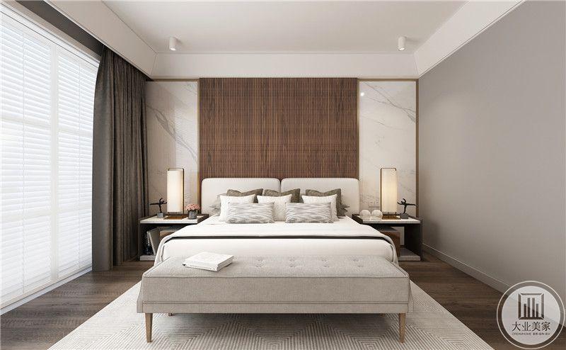 主卧室采用深色实木护墙板,两侧采用白色瓷砖装饰,床的两侧采用黑白相间床头柜,地面铺设深色木地板搭配白色地毯。