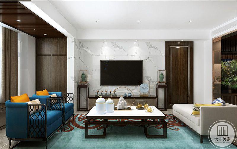 客厅影视墙采用白色瓷砖做护墙板,电视柜采用实木材料,一侧红木隐形门是卧室门。