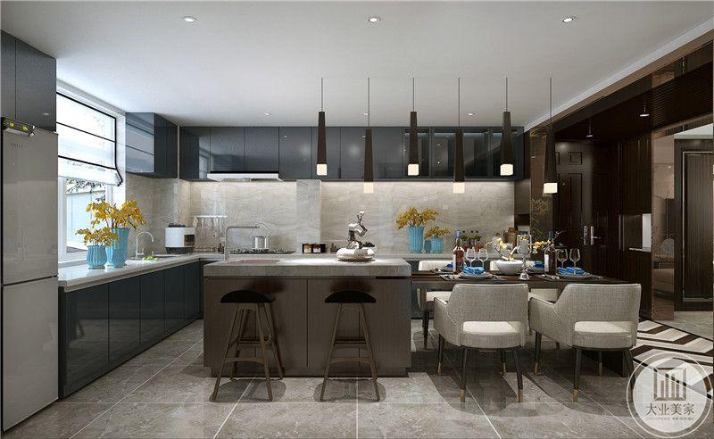 厨房采用开放式的设计,墙面采用白色瓷砖,顶柜和底柜都采用深色柜门。