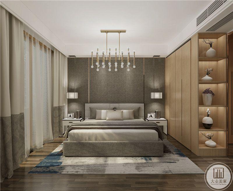 主卧室采用灰色壁布,两侧采用白色床头柜,地面铺设灰色木地板搭配白色地毯。