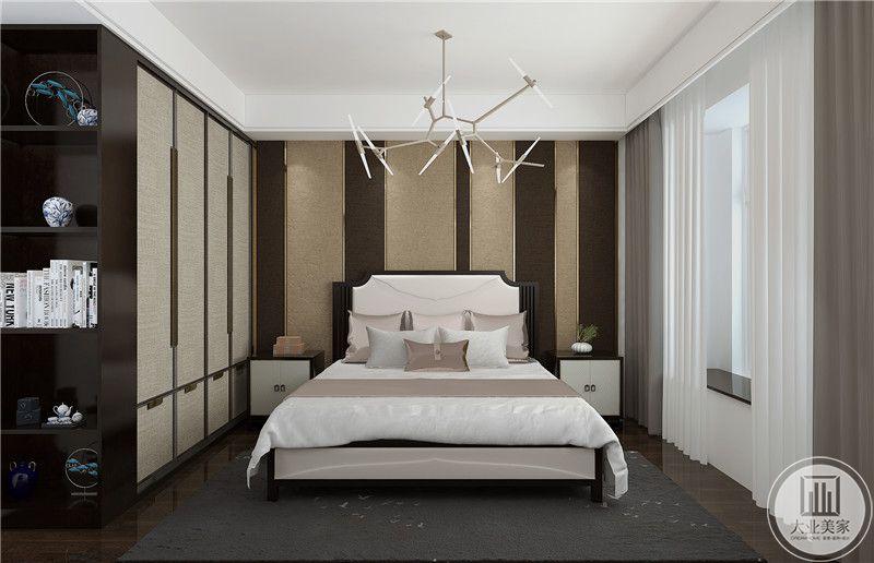 次卧室床头背景墙采用壁纸和红木板相间的设计,床的两侧采用黑白色床头柜,地面铺设深色木地板,搭配黑色地毯。