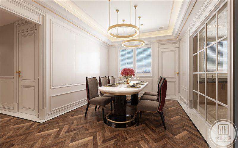 典型法式风格搭配原则,餐桌为米白色搭配深色沙发餐椅,显得优雅高贵,红色鲜花装饰,水晶杯,浪漫清新之感扑面而来,环形吊灯艺术感十足,内敛而浮华,营造最为浪漫的用餐环境。