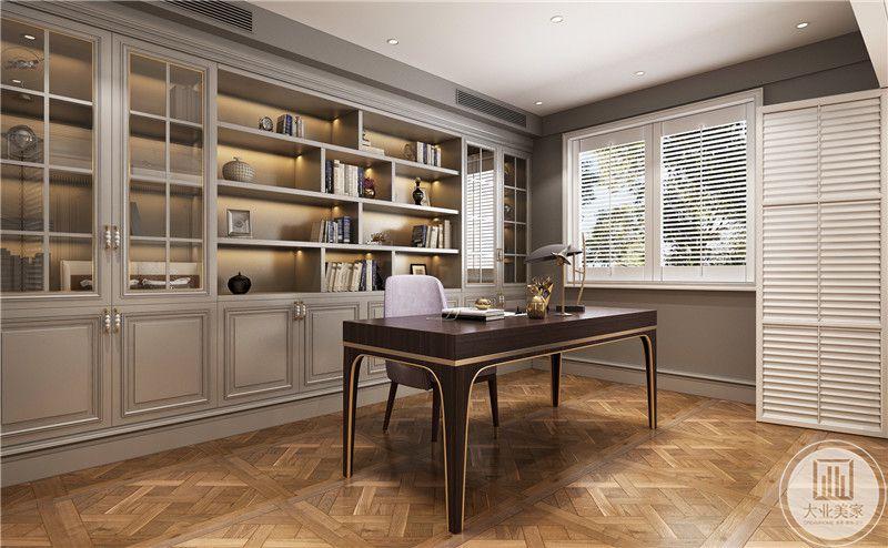 四层书柜设计,错落有致,可以根据喜好划分图书类别,封闭式文件柜易于储存珍贵文件资料,采光良好,室内环境明亮典雅。