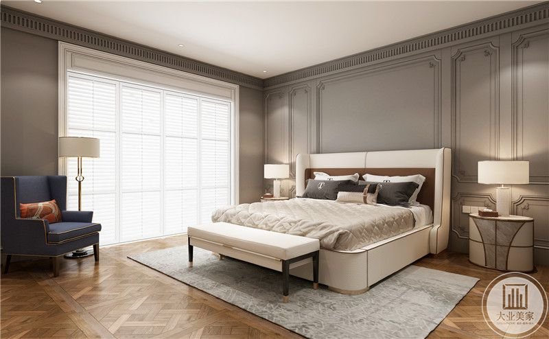 主卧风格以大气优雅为主调,布局突出轴心气势恢宏,床尾长凳,寓意四平八稳。