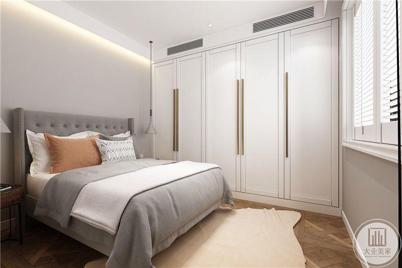 灰白柔软布艺,大气白色衣柜,收纳衣物使室内整洁干净,无过多装饰,没有压抑感,裸色地毯温暖亲切。