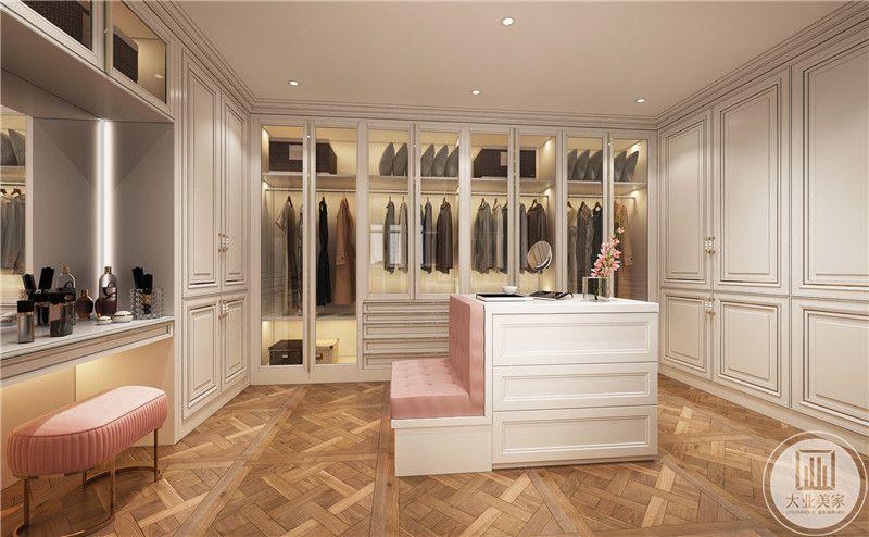 衣帽间风格干净精致,四面包围式储物设计,保留中间环境,白粉坐台增加化妆台功能,实用性极佳。