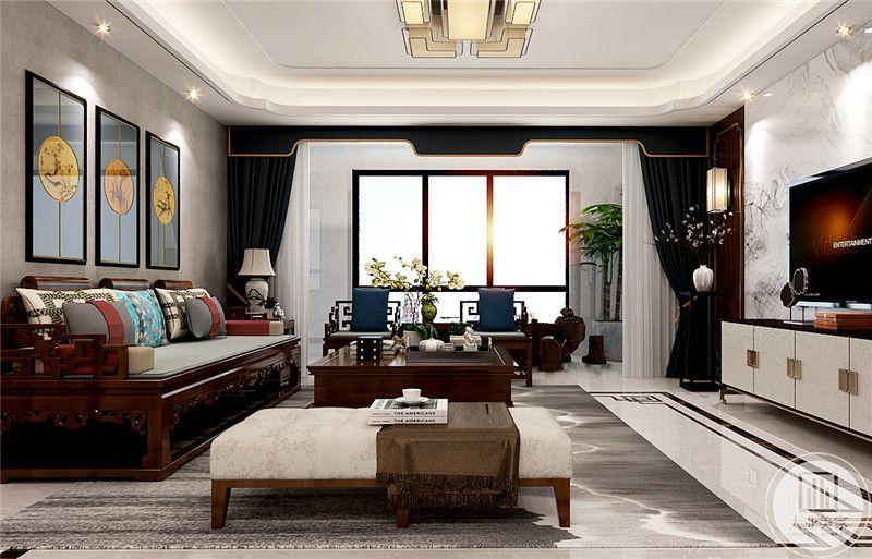 客厅是成套的红木家具,典雅端正,沙发背景墙上是一组极富中国风韵的挂画,暗色的窗帘使客厅肃穆沉稳。在窗帘的一角处能看到托物架上小巧精致的花瓶和开得正艳的插花