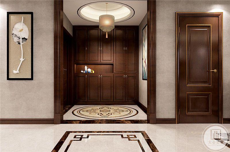 玄关处是木质的柜子,沉稳大气,中间抠出一个放置装饰花瓶,使整个空间不显得单调
