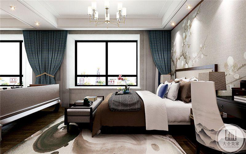 主卧布置简约雅致,窗帘是优雅纯正的蓝色,床头背景墙是浅色的花鸟图