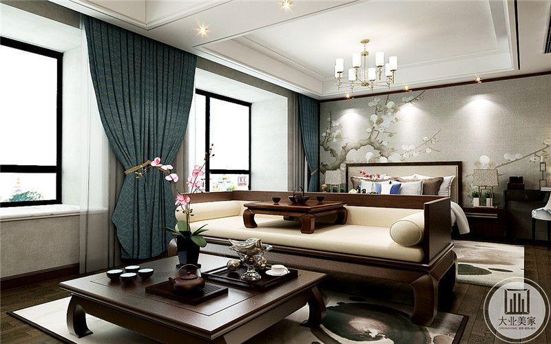 主卧分为两个空间,与卧床相对的是一个小休闲间,摆着罗汉床和方形的茶几