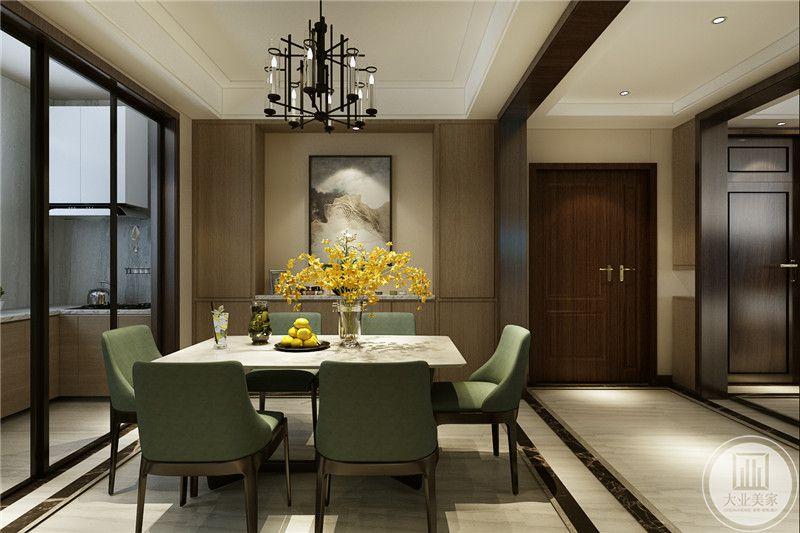 餐厅与厨房用一扇推拉门隔开。桌子上是黄色插花。
