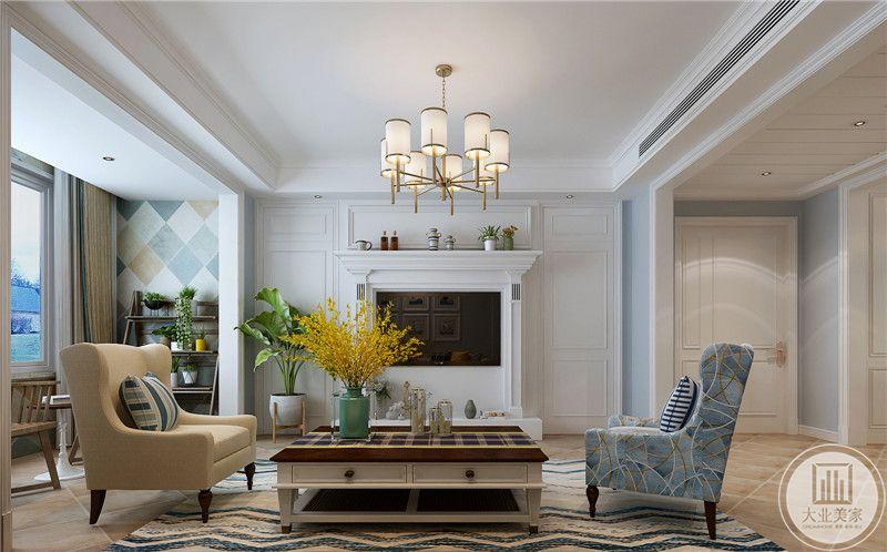 客厅影视墙用石膏线做成欧式壁炉风格,两侧白色采用石膏线,一侧采用绿植装饰。
