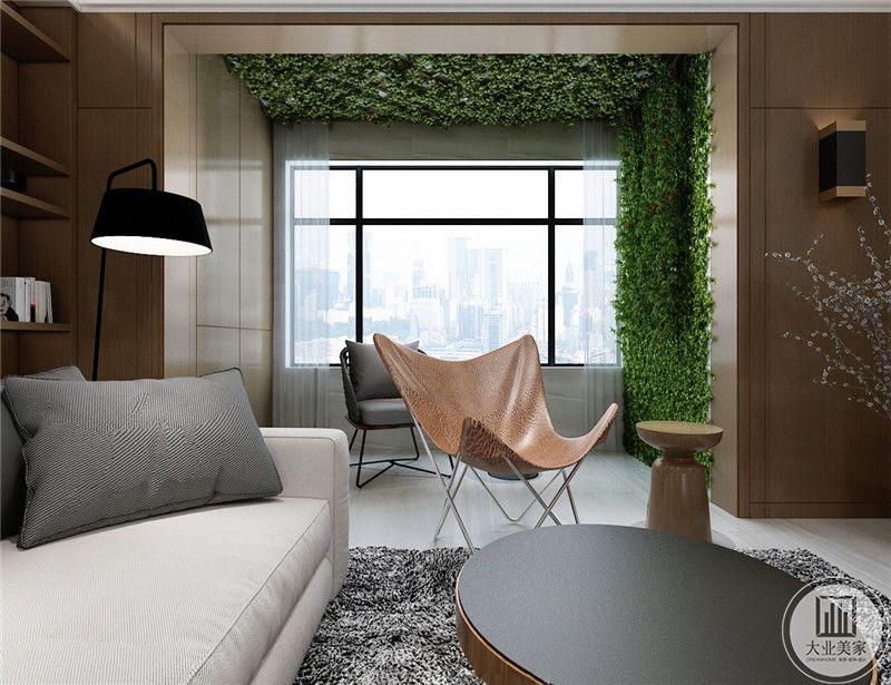 客厅 有着大大地窗户,阳台旁边的一面墙上是扑面墙面的绿植。