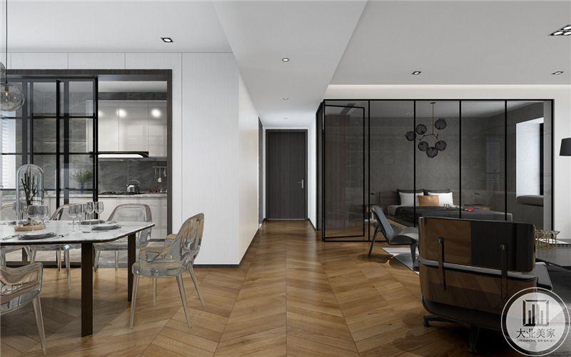入户走廊十分简约,卧室与客厅用一到透明的玻璃门隔开。