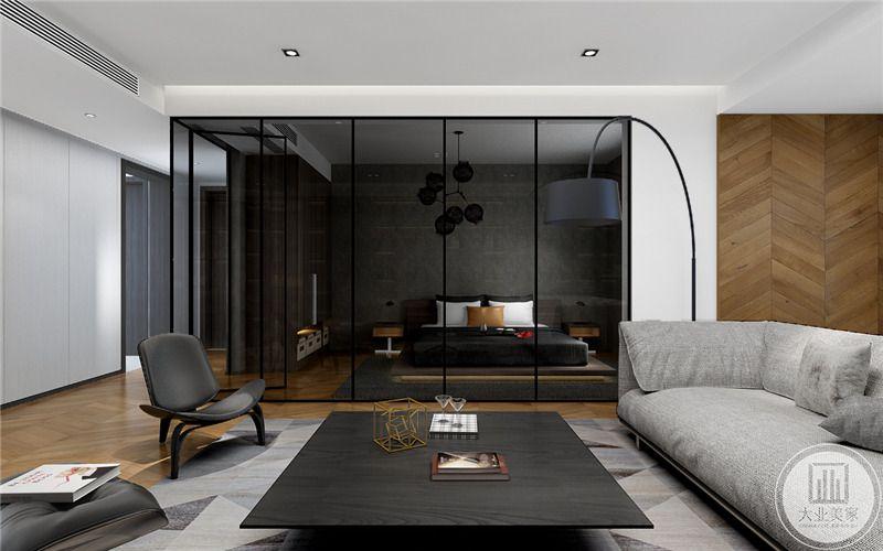 客厅背景墙采用黑框玻璃作为隔断,沙发采用灰色的装饰,茶几采用黑色实木材料,沙发的一侧采用黑色无主灯。