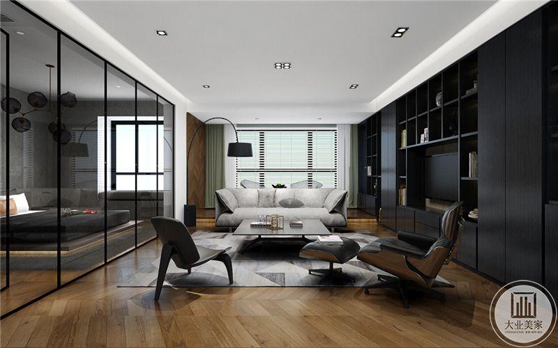 客厅 电视墙是深黑色的橱柜,沙发沙发墙后是百叶窗。浅木色的地板十分自然。