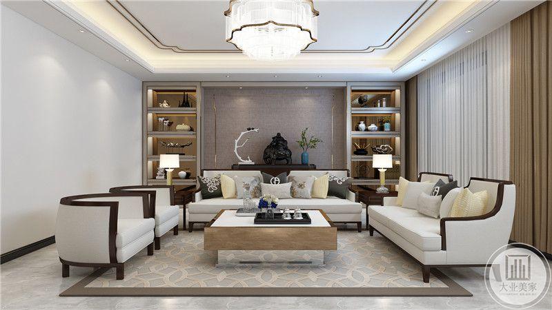 客厅背景墙做成粉灰色的,中央置物架上放着中式的摆件和插花。
