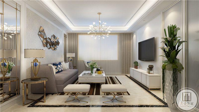 客厅沙发墙采用浅黄色墙纸,沙发采用浅紫色装饰,两侧采用镜面装饰,搭配白色方形瓷砖。