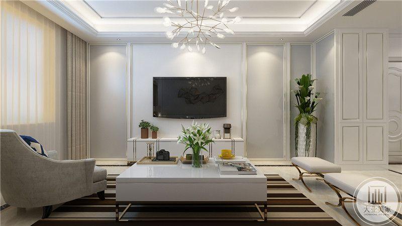 客厅影视墙采用白色实木护墙板,四周采用金属线装饰,两侧采用浅灰色装饰,电视柜采用白色装饰。