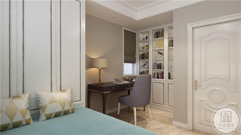 次卧室地面铺设木地板,靠窗的一侧采用深色实木书桌,正对门的一侧采用榻榻米增强收纳。