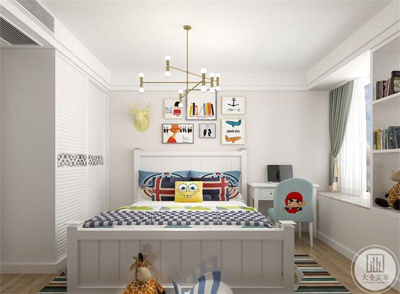 次卧是儿童房,白色的基调上是各种鲜艳色彩的点缀。