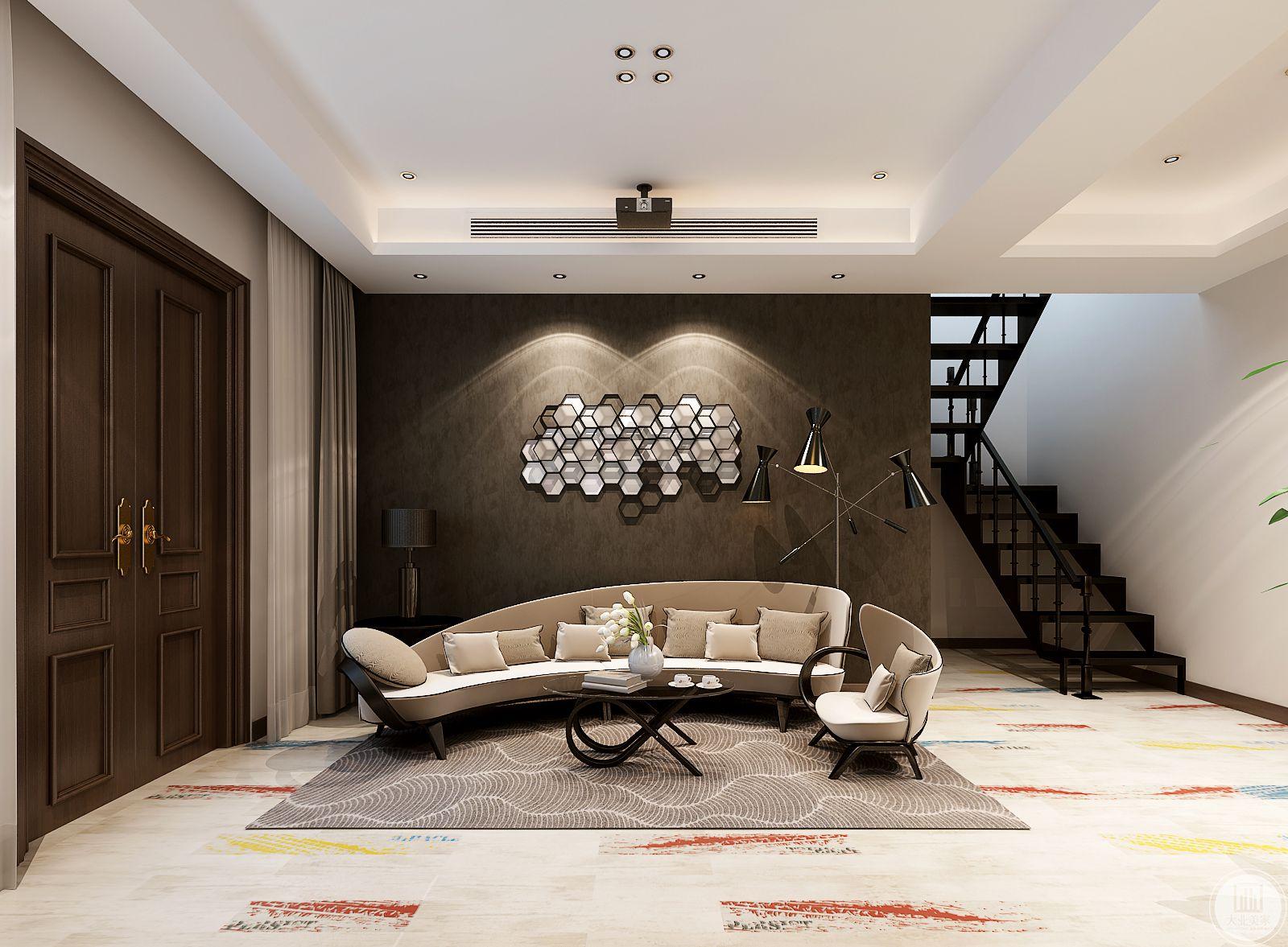 客厅沙发墙是棕色的墙面与米色的弧形主沙发搭配得宜。