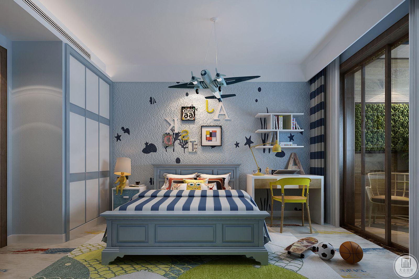 儿童房的整体装饰采用浅蓝色,一侧是床头柜,另一侧添置书桌既不耽误休息,又不耽误学习,